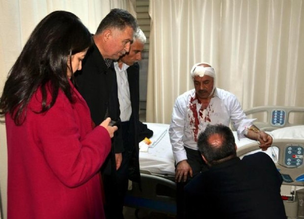 AK Parti'lilere taşlı sopalı saldırı!