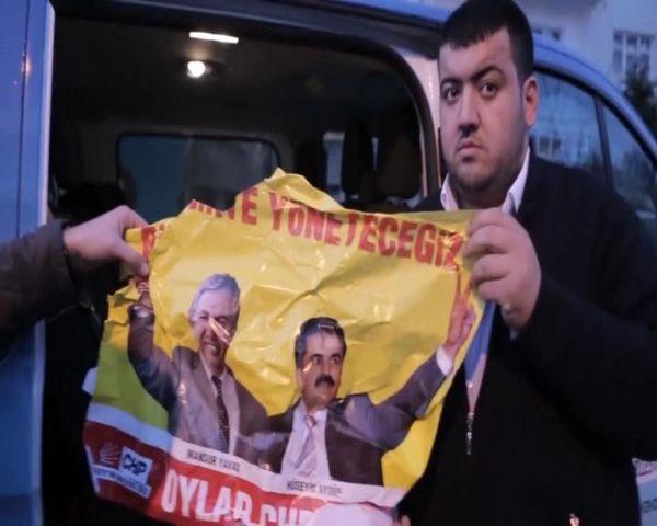 'Korsan afiş' astıkları iddia edilen 2 kişi yakalandı!
