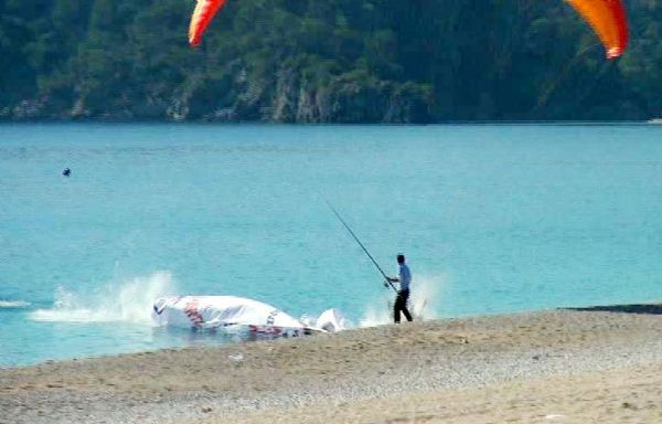 Başkan adayı paraşütle denize düşmekten son anda kurtuldu