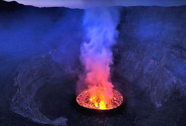 Dünyanın ortasındaki dev lav kazanı