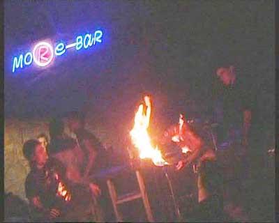 Ateşle gösteri yapan akrobat alev alev yandı
