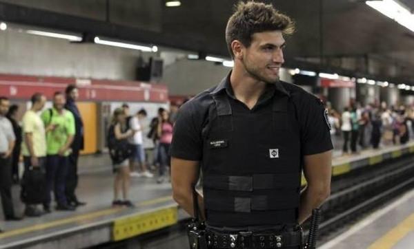 Güvenlik görevlisi 'yakışıklı' olunca..