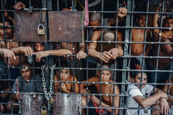 Onlarca insanı kafese koydular