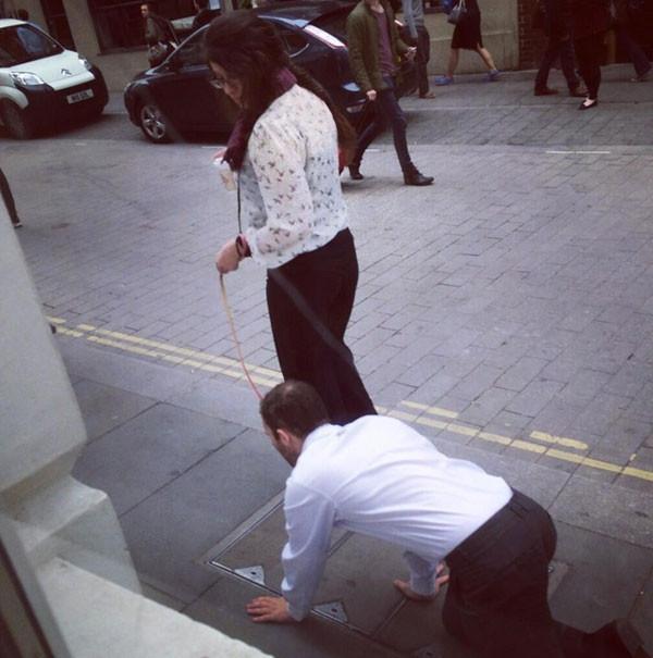 Sokakta 'tasmalı adam' bilmecesi