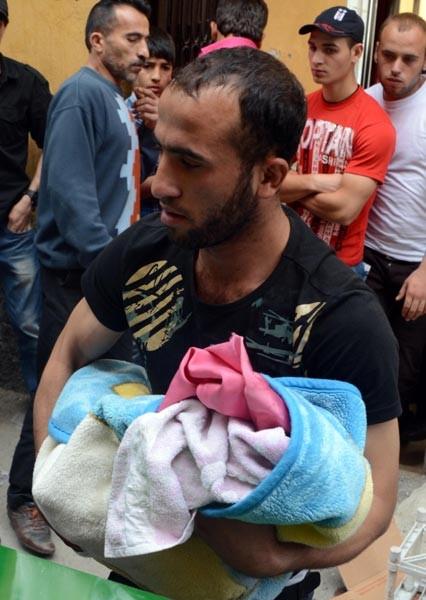 Emekleyerek sokağa çıkan bebek kamyonetin altında kaldı