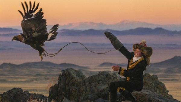 Altay dağlarında kartalıyla avlanan kız