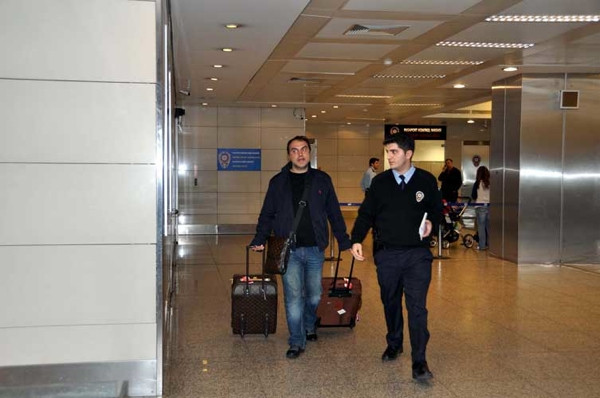 Havalimanı'nda gözaltına alındı