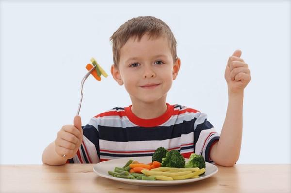 Çocuklara yemek yedirmenin püf noktaları!