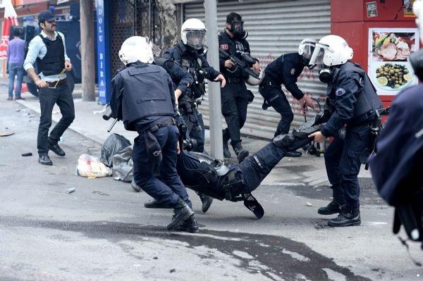 Yaralı polisi böyle taşıdılar