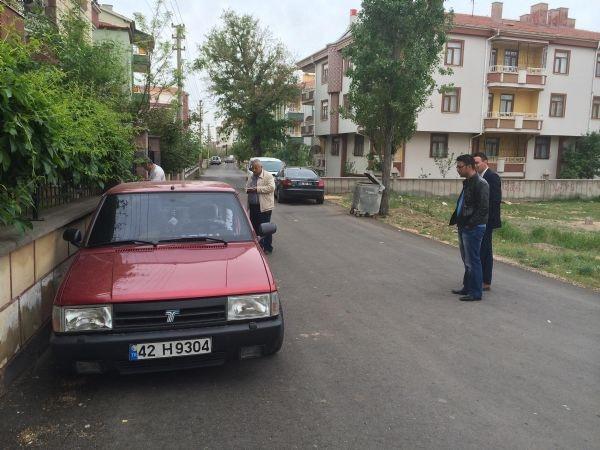 Otomobilin arka kapısını çaldılar