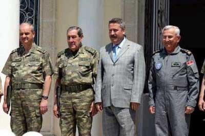 Komutanlar yeni kamuflajları ilk kez giydi