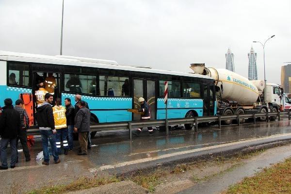 İstanbul'da halk otobüsü beton mikserine çarptı!
