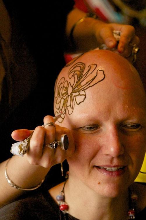 Kemoterapi sonucu saçlarını kaybeden kadının göz kamaştıran çözümü!