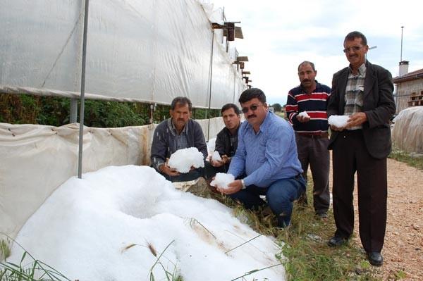 Silifke'de 1 saat yağan dolu Silifkeli çiftçileri vurdu