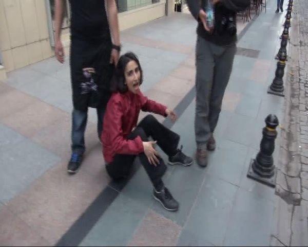 Polisten yere düşen kadın eylemciye tekme!