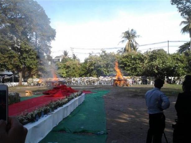 Laos'ta iki bakanın cenazeleri yakıldı