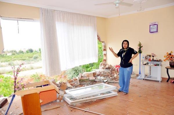 Boşanma davası açan eşinin kaldığı evi iş makinesiyle yıktı