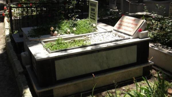 Yaptığı mezar taşına 'Parası verilmedi' yazdı