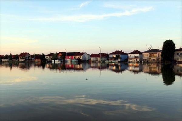 Bosna'da evler küçük bir adacık gibi