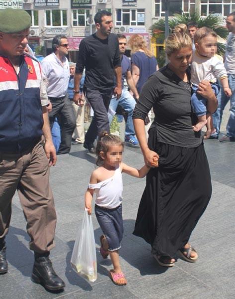Tutuklanan anneleriyle cezaevine böyle girdiler