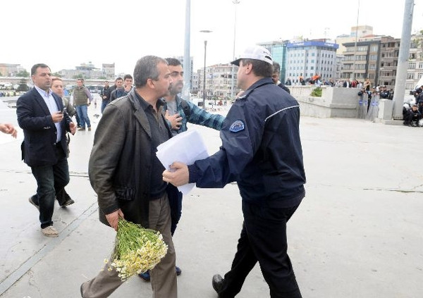 Sırrı Süreyya Önder Gezi Parkı'na çiçek bıraktı