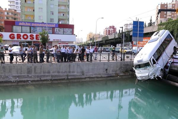 Minibüs köprüde asılı kaldı