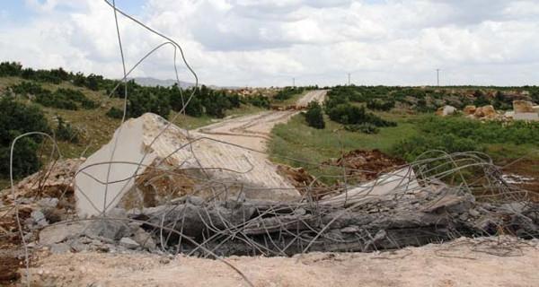 Diyarbakır'da PKK'lılar köy yollarını kesti