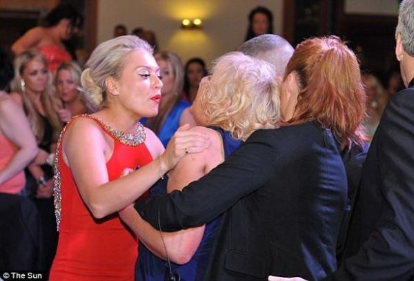 Ödül töreninde kadınlar kapıştı