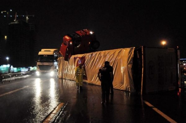TEM'de TIR devrildi yol 3 saat kapandı