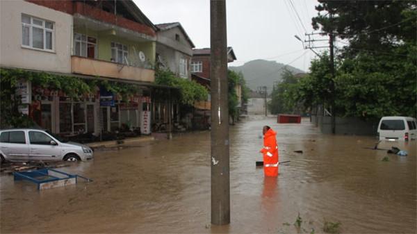 Bir belde ve 4 köy sular altında kaldı, 16 köye ulaşım sağlanamıyor