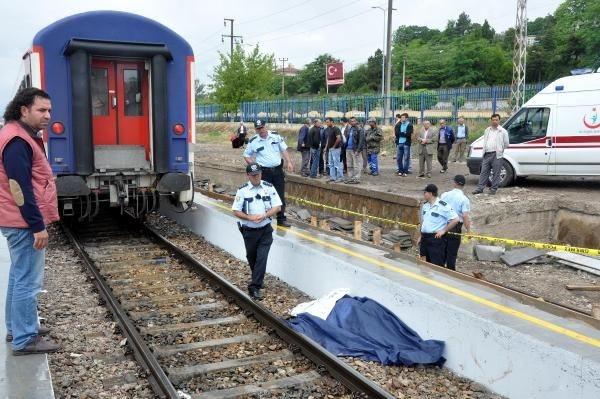 Annesini yolcu ettiği trenin altında kalarak öldü
