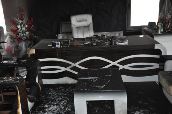 Belediye başkanının makam odasını yaktılar