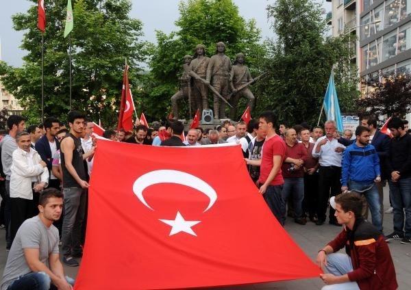 Bayrağa saygı için yürüdüler