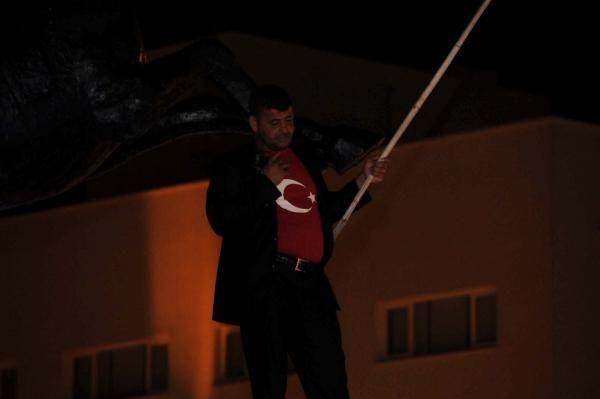 Bayrağın indirilmesini protesto için intihara kalkıştı