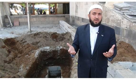 İmam mezarını kendi eliyle kazdı