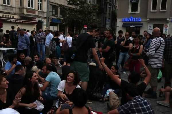 Galata Kulesi'nin altında çay ocağı protestosu