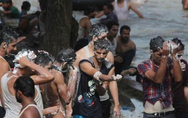 Pakistanlılar su kanalında serinliyor