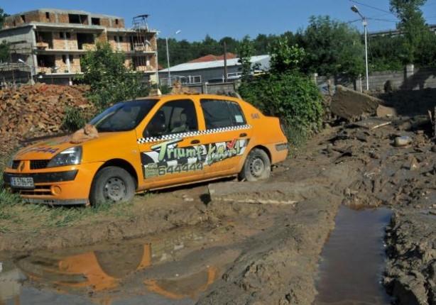 Bulgaristan sel sonrası şimdi de çamurla boğuşuyor