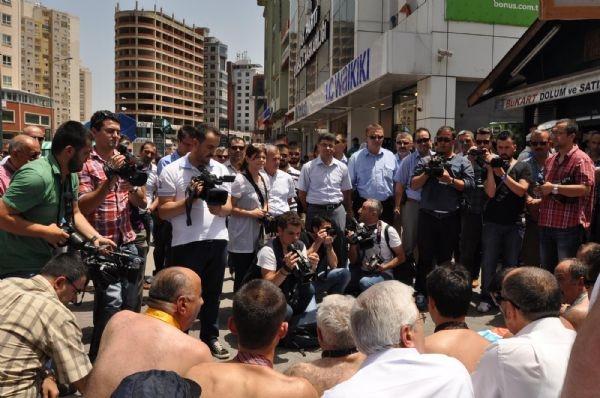 Yarı çıplak eyleme polis engeli