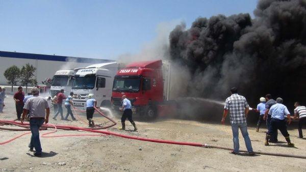 Mersin'de 4 TIR alev alev yandı