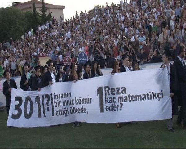Mezuniyet törenine protesto pankartları damgasını vurdu