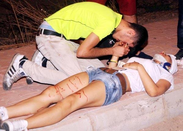 Motosikleti devirdi, sevgilisinin elini öpüp özür diledi