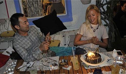 Serdar Ortaç eşinin doğum gününü Çeşme'de kutladı