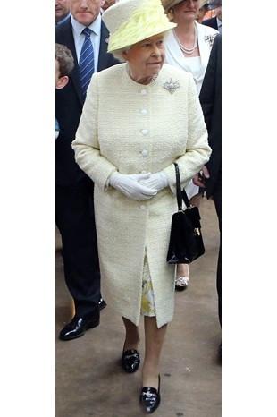 Kraliçe 50 yıldır aynı ayakkabıyı giyiyor