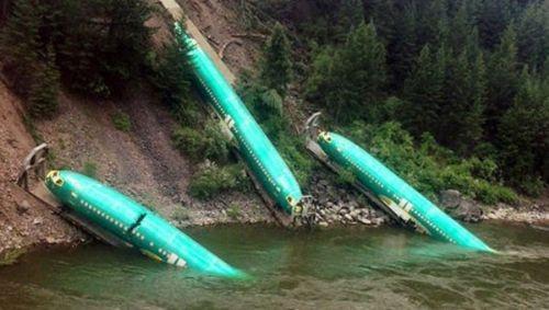 Üç uçak birden nehre düştü