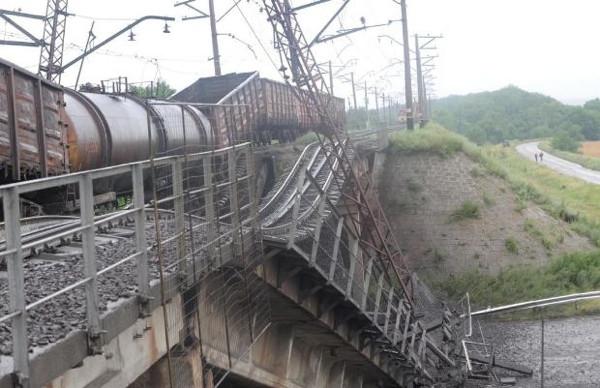 Ukrayna'da köprüyü patlattılar