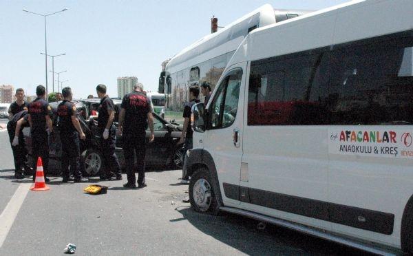 Kreş servisi otobüse çarptı