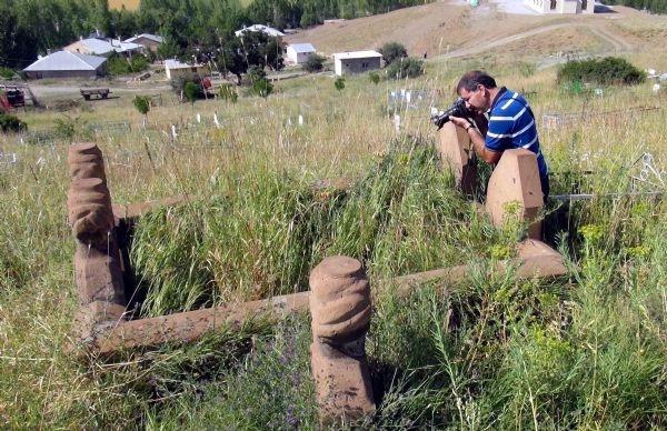 Mezarlıkta bitki arıyorlar