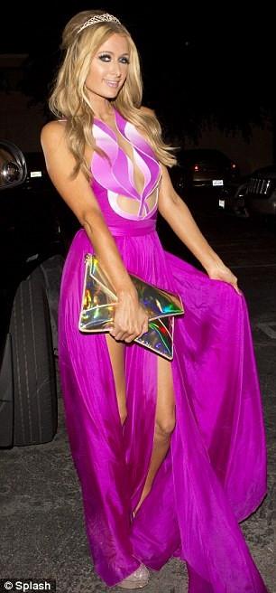 Paris Hilton yeni yaşına iç çamaşırsız girdi!