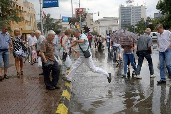 Makedonya'da şiddetli yağmur hayatı felç etti